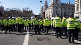 Bereitschaftspolizei in London, Vereinigtes Königreich, das eine Blockade bildet Stockfotos