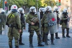 Bereitschaftspolizei mit ihrem Schild, gehen während einer Sammlung vor Athen-Universität in Deckung Lizenzfreies Stockfoto