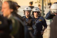Bereitschaftspolizei mit ihrem Schild, gehen während einer Sammlung vor Athen-Universität in Deckung Stockfoto