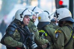 Bereitschaftspolizei mit ihrem Schild, gehen während einer Sammlung vor Athen-Universität in Deckung Stockbilder