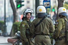 Bereitschaftspolizei mit ihrem Schild, gehen während einer Sammlung vor Athen-Universität in Deckung Stockfotografie