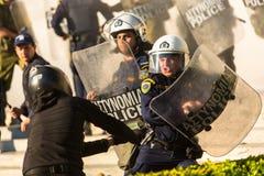 Bereitschaftspolizei mit ihrem Schild, gehen während einer Sammlung vor der Athen-Universität in Deckung Stockfotografie