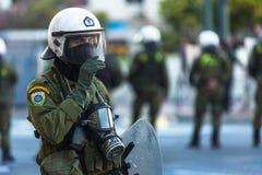 Bereitschaftspolizei mit ihrem Schild, gehen während einer Sammlung vor der Athen-Universität in Deckung Stockfotos