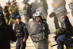 Bereitschaftspolizei mit ihrem Schild, gehen während einer Sammlung vor der Athen-Universität in Deckung Lizenzfreie Stockfotos