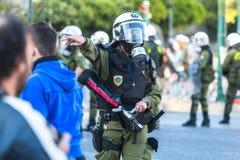Bereitschaftspolizei mit ihrem Schild, gehen während einer Sammlung vor der Athen-Universität in Deckung Stockfoto