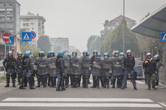 Bereitschaftspolizei passt die Studenten auf, in Mailand, Italien zu protestieren Stockbilder
