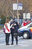 Bereitschaftspolizei und Anhänger, die um Informationen bitten lizenzfreie stockfotografie