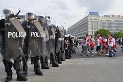 Bereitschaftspolizei und Fußballfans Stockfotos