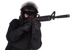Bereitschaftspolizeioffizier in der schwarzen Uniform Stockfotos