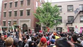 Bereitschaftspolizeioffiziere stoßen mit Demonstranten - HD 1080p zusammen stock video footage
