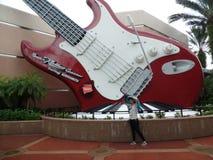 Bereitstehen der großen Gitarre am Felsen und an der Achterbahn der aerosmiths Lizenzfreies Stockbild