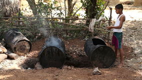 Bereitstehende rauchende Kanister des Jungen im Hinterhof stock footage