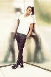 Bereitstehende silberne Wand des jungen Afroamerikaner-Mannes Metallin neuem Stockfotos