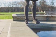 Bereitstehender Brunnen der Frau im Park Stockfoto
