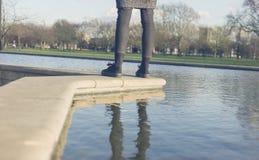 Bereitstehender Brunnen der Frau im Park Lizenzfreie Stockfotos