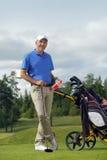 Bereitstehender Golfbeutel des Mannes voll der Steuerknüppel stockfotografie