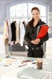 Bereitstehender Schreibtisch des attraktiven Modedesigners Stockbild