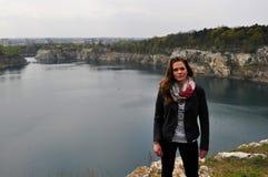 Bereitstehender See der jungen Frau Lizenzfreie Stockfotografie