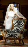 Bereitstehender Weinlesestuhl der jungen schönen blonden Braut Stockfoto