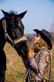 Bereitstehendes Pferd der reizenden blonden Frau Lizenzfreie Stockfotos