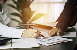 Bereken begroting en bedrijfs planningsconcept, twee mensencouti stock foto's