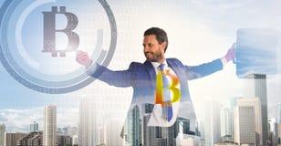 Bereken bitcoin mijnbouwrentabiliteit De zakenman werkt digitale oppervlaktecrypto munt bitcoin op elkaar in Digitale zaken stock afbeelding