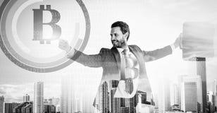 Bereken bitcoin mijnbouwrentabiliteit De zakenman werkt digitale oppervlaktecrypto munt bitcoin op elkaar in Digitale zaken royalty-vrije stock foto