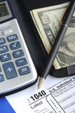 Bereken de belasting in de inkomensbelastingaangifte royalty-vrije stock afbeeldingen