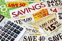 Bereken hoeveel wij door coupons te knippen bewaren Stock Foto's