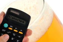 Berekening van calorieën van blond bier royalty-vrije stock afbeeldingen