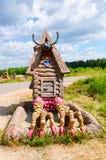 Berendeyevo Moskvaregion, Ryssland, 26 Juli 2014, sommarlandskap med sagolika skulpturala djur Offentligt parkera bredvid Arkivfoto