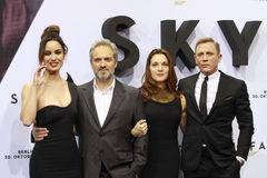 Berenice Marlohe, Sam Mendes, Barbara Broccoli et Daniel Craig photo libre de droits