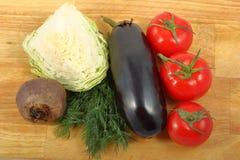 Berenjena, col blanca, remolachas, tres tomates y manojo de las hojas frescas del eneldo Imagen de archivo libre de regalías