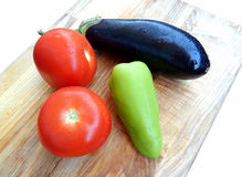 Berenjena fresca, tomates, pimienta verde, aislada en el fondo blanco fotos de archivo libres de regalías