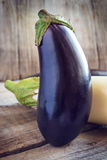 Berenjena púrpura grande en el fondo de madera, aún vida Fotos de archivo libres de regalías