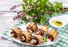 Berenjena vegetariana Rolls con el queso feta, tomates, albahaca y imagen de archivo libre de regalías