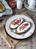 Berenjenas asadas con la salsa del yogur Fotos de archivo