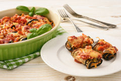 Berenjenas asadas rellenas con la carne picadita y cocidas con los tomates y el queso foto de archivo