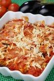 Berenjenas cocidas al horno con el tomate y el queso fotos de archivo