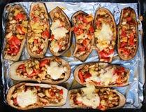 Berenjenas rellenas con pimientas, los tomates y el queso imágenes de archivo libres de regalías