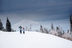 beret μπλε ΚΑΠ παλτών πατέρων πράσινος χειμώνας περιπάτων γιων σακακιών mum κόκκινος χιονίζοντας Στοκ Εικόνα