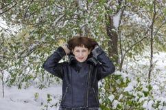 beret μπλε ΚΑΠ παλτών πατέρων πράσινος χειμώνας περιπάτων γιων σακακιών mum κόκκινος χιονίζοντας Στοκ Φωτογραφίες