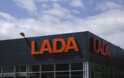 Berezniki, 10 Rusland-Juli: het teken Officiële handel drijven van Lada Lada is een Russische automobiele fabrikant Royalty-vrije Stock Fotografie