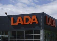 Berezniki, 10 Rusland-Juli: het teken Officiële handel drijven van Lada Lada is een Russische automobiele fabrikant Stock Foto
