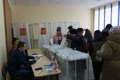Berezniki, 18 Rusland-Maart, 2018: de kiezer ontvangt de stemming voor de verkiezing van de Voorzitter Royalty-vrije Stock Afbeeldingen