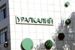 Berezniki, 2 Rusland-September, 2017: de Tribune van de holding stock afbeeldingen