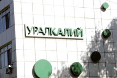 Berezniki, Russia 2 settembre 2017: il supporto della tenuta immagini stock