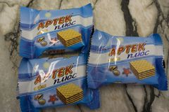 Berezniki Russie 28 février 2018 : gaufres de chocolat sur Artek plus des gaufres photographie stock libre de droits