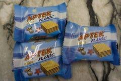 Berezniki Russland 28. Februar 2018: Schokoladenwaffeln auf Artek plus Waffeln lizenzfreie stockfotografie