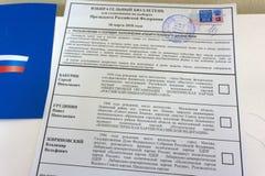 Berezniki, Russland - 18. März 2018: Wähler überprüfen die Kandidatenliste in den Wahlen von Präsidenten lizenzfreie stockfotos